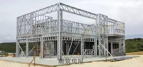 轻钢结构别墅现场施工9步骤   第一步:地基。他需要一整块平整的水泥地。轻钢别墅的自重很轻,不到砖混结构房屋重量的1/4,因此对地基的安全性要求相对较低,可以不用挖很深做基础,和砖混结构房屋的地基有所不同。  第二步:第一层框架搭建。轻钢龙骨架的安装。  第三步:第二层框架搭建。轻钢房屋龙骨之间的间距是经过科学计算的,保证房屋的整体安全性。轻钢龙骨是一种双面镀锌钢材,不仅具有很好的韧性和延展性,可以保障房屋在地震中绝对不会坍塌。  第四步:轻钢别墅屋顶安装。德高瓦(也称为沥青瓦、玻纤瓦)-完美的轻钢别墅和