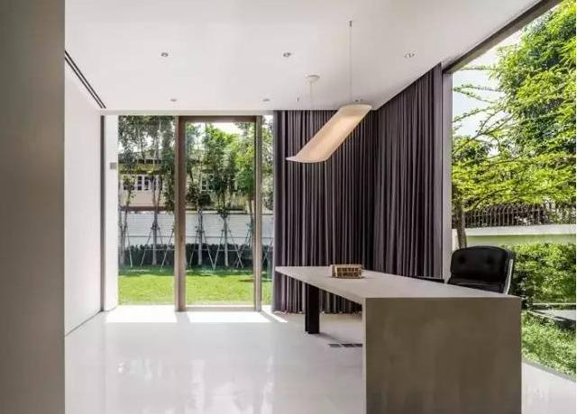 由于業主習慣享受整潔的空間,BAAN 0.60輕鋼別墅住宅項目的設計創建了極簡的空間。這座曼谷BaanMoom私人別墅住宅根據自有德規模和主人對自然的熱愛,開放空間和花園給了建筑師們關于這個建筑的最初設計想法。這里始終保持潔凈,看不到任何生活的跡象。 ?所有的空間都打包并堆放在三層,目的是為了使一層有盡可能大的開放空間。功能區域分為父母使用的主臥和浴室,供兒子們使用的兩間臥室和兩間浴室,一個客廳房間,一個工作房間,還有一個開放式的廚房,外加一個泰式廚房和一個游泳池。  ?