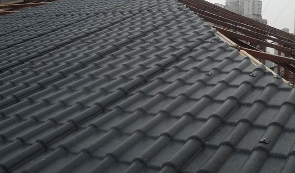 安装在屋顶以后相对比较美观,且水泥瓦有波纹瓦与平板瓦两种,有较多的