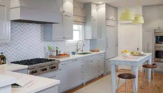 今天云南顺筑房屋小编要和大家分享的别墅设计案例是Cow Hollow Residence,该案例主要色调和《热带果汁冰糕色》的色调是一致的。该案例中较为凸出的是部分吊灯和相框及壁画都具有中国元素,使得整体颇为出色。   厨房与客厅的整体色调保持一致,在饰品上呈现呼应的关系比如厨房的吊灯与客厅的沙发,且比例非常适宜,从大空间来看更加和谐。  卫生间和侧卧的色调也保持了相对一致,白色为主绿色为辅,在整体中独树一帜。  热带果汁冰糕色打造优雅空间也是不在话下,再加上三面窗户的格局布置, 空间在这样的季节里都透