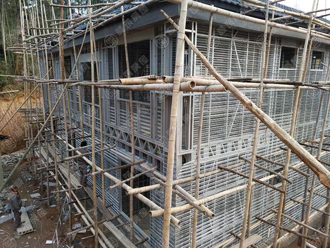 轻钢别墅,轻钢装配式建筑已引燃农村自建房市场,作为新一代新型建筑体系,抗风抗震,保温隔热、隔音降噪、防火防潮,施工周期短,房屋品质高,使用寿命长,接受的人也越来越多。现目前云南省各地州市都有建设案例。顺筑房屋作为云南省冷弯薄壁轻钢装配式建筑推广者,自引进轻钢建房技术以来,不断的研发升级,迭代更新轻钢建房工艺技术,本期资讯跟大家分享现浇(喷筑)泡粒混凝土实心墙体轻钢别墅优势,希望能给广大的朋友提供帮助。  现浇(喷筑)泡粒混凝土实心墙体优势有哪些? 1、现浇(喷筑)泡粒混凝土实心墙体可简化木结构的围护结构,